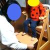 新しい椅子と幼稚園の制服