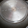 フライパンの外側の汚れは、重曹を煮沸して落とす。