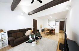 大容量のウォークインクロゼットを備え平屋感覚で暮らせる2階建