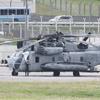 また窓の落下 !  米海軍 MH53 (CH53-E 系) ヘリが厚木基地で