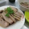 香港地元飯、ダイパイトン:牛ホルモンの滷水仕立て、アヒルの滷水、揚げ雲呑とかまぼこの盛り合わせ、香港風焼ききしめん。明るいうちから楽しい街市(徳發、Ap Lei Chau街市熟食中心)