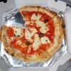 じっとしていられないオットと、ピザをテイクアウトして、川べりランチ