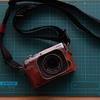 富士フィルムX-E3(ブラウン)にKAZA製の本革ハーフケース(ビンテージブラウン)を装着した