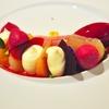 シンガポールの「odette(オデット)」でスプリングラムのロースト、ヒメジのミキュイ、温泉卵とジャガイモのエスプーマ、ビーツのバリエーションサラダ他。