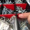 釘やネジなどがツールボックス内で仕切りを越境してしまう