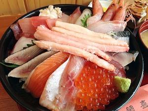 【鳥取砂丘・鯛喜】予約必須!元魚屋店主が手がける海鮮丼がてんこ盛りでラスボスのようなビジュアル
