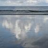 週末ライフ。近づく熱帯低気圧の予感。引き潮に映る雲一塊。
