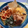 小松市西町にある小松西町食堂ANIKINOCURRYで、スリランカカレープレートの2種盛り(チキン、イカ)