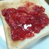 昨日作ったイチゴジャムでトースト♪うまっ!