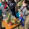 新年を間近に控え、親子らが北高上緑地の竹などを使ってオリジナルの正月飾りを作りました