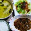 【今日の食卓】昨日のロイタイのスープを使ったグリーンカレーの残りと、ヤマモリのタイ製造レトルトシリーズ「ガパオごはん」(鶏肉のバジル炒め)