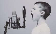 自主隔離の悲哀を『レ・ミゼラブル』のユーモラスな替え歌にした動画がイギリスで話題!