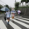 登校の風景:強い雨 長靴と傘