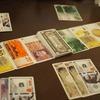 お金でお金を競りおとせ!お札そっくりのカードが特徴のカードゲーム「マネー(Money)」