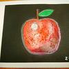 介護施設で絵本作り(オイルパステルでつやつやリンゴを描く)