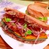 ほっくり南瓜とカリカリ豚こまのサンバル焼きサンド