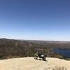 砂漠と湖を見下ろすオフロードとオトコ前バイク | カリフォルニアのオフロード
