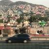 メキシコシティ郊外(テオティワカン)へ、山々の斜面を埋め尽くす カラフルな家々とモノレール
