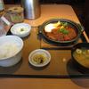 やよい軒の味噌かつ煮定食を食べる