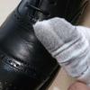 サフィールノワールレザーバームローションを使って靴磨き