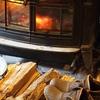 「焚き火」向こうに「薪ストーブ」が燃えている。伊東さんblog