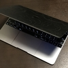 MacBookの見た目をCECILIAの貼り革でがらりと変えた