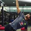 競技特異的なトレーニングルーティンを作成するには(コアの強化はまず、股関節、体幹、および肩関節領域を含む多関節動作への漸進を伴う、アイソメトリックな安定性の獲得を通じて達成され、これを基盤とすることで、さらなる能力の向上を最も効率的な形で周期的に起こすことができる)