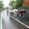 登校の風景:激しい雨の中