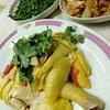 香港地元飯:ガチョウの腸と酸菜の甘酢炒め、豆苗の炒め物、お店の看板メニューの鶏料理(育華海鮮菜館、粉嶺)