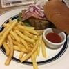 入浴前に、カフェで、ハンバーガーとカフェラテをいただく。 (@ スパ ラクーア in 文京区, 東京都)