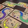 子供と最初に遊ぶアナログゲームならこれ!3歳から遊べるカードゲーム「虹色のヘビ(Rainbow Snake/Regenbogen Schlange)」
