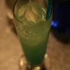 『チャイナ・ブルー』夏気分を味わえる、トロピカルなカクテル。マリンブルーが美しい。