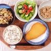 おさかなステーキ、キャベツとしめじの炒め物、きゅうりとレタスのサラダ、小粒納豆。
