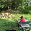 息子がツリーハウスの絵を描いています