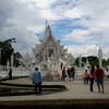 現代芸術!タイ・チェンライのホワイトtempleが予想外の恐怖....。