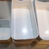 食器棚の引き出しを整理する