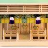 全体に丸みのある箱型神棚 ガラス箱宮三社中型サイズの祭り例