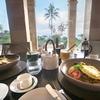 ボロブドゥールを望むメインレストランで朝食 アマンジウォ