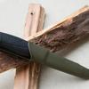 フェザースティックを作るべくモーラ・ナイフを研ぐ