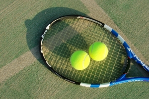【パラQ&A】外国人トップ選手の技~車いすテニス② サーブのトスは〇〇でする