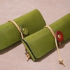 セミオーダーの巻き紐ペンケース(オリーブ × ワイン、2色ステッチ、名入れ)