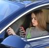 車の走行中に車内で、助手席または後部座席に座っている人が、携帯電話(スマホ )を使用していたら、道路交通法違反になるのか?その場合、運転手が責任をとらないといけないのか?
