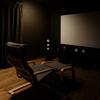 昼でも真っ暗!!映画に集中できる静かな空間 - シアタールームに取り入れた工夫