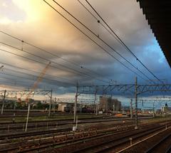 ★夕立を包含する空の下の駅