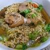 【今日の食卓】麺はインスタントだがスープはクィッティオ(米粉麺)用を自作。シーユーダム(濃い甘口醤油)、ナムプラー、酢など使用。甘く日本のラーメンでは皆無の味。骨付き鶏と豚の脂身もコクが出てメッチャ美味。 Instant noodle with self-made soup from See Ew Dam. Aroi. #タイ料理 #ラーメン