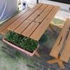 屋外で楽しむためにガーデンテーブルとベンチをメンテナンス