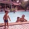 ホテルのメインダイニングとプール