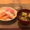 小さい海鮮丼、ブロッコリーとなすと豚バラの味噌汁