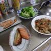 幸運な病のレシピ( 1831 )朝:ナス味噌炒め、鮭、塩サバ、鮭の西京漬け(戴き物)、味噌汁