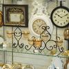 リボンが大きい白い壁掛け時計にリボンレリーフがアクセントのデコレーションフォトフレーム